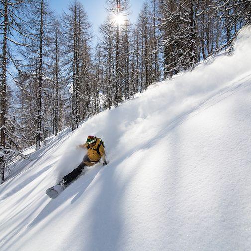Snowboardabfahrt im Tiefschnee