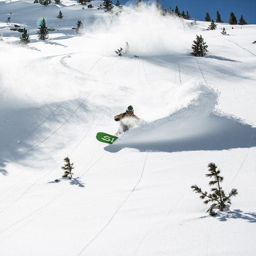 Snowboardabfahrt im freien Gelände